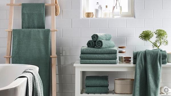 Handtücher in einem grünblau, gefaltet oder hängend