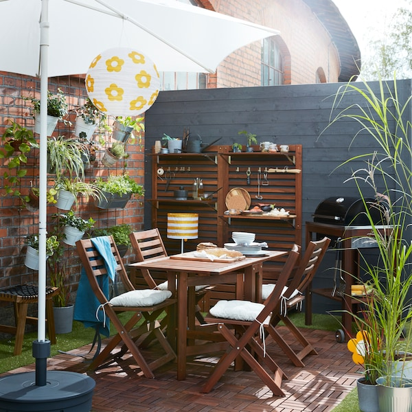 Hangold össze az IKEA ÄPPLARÖ sötétre pácolt fa székeket, kibővíthető asztalokat és tárolóelemeket, hogy modern zöld oázist teremthess.
