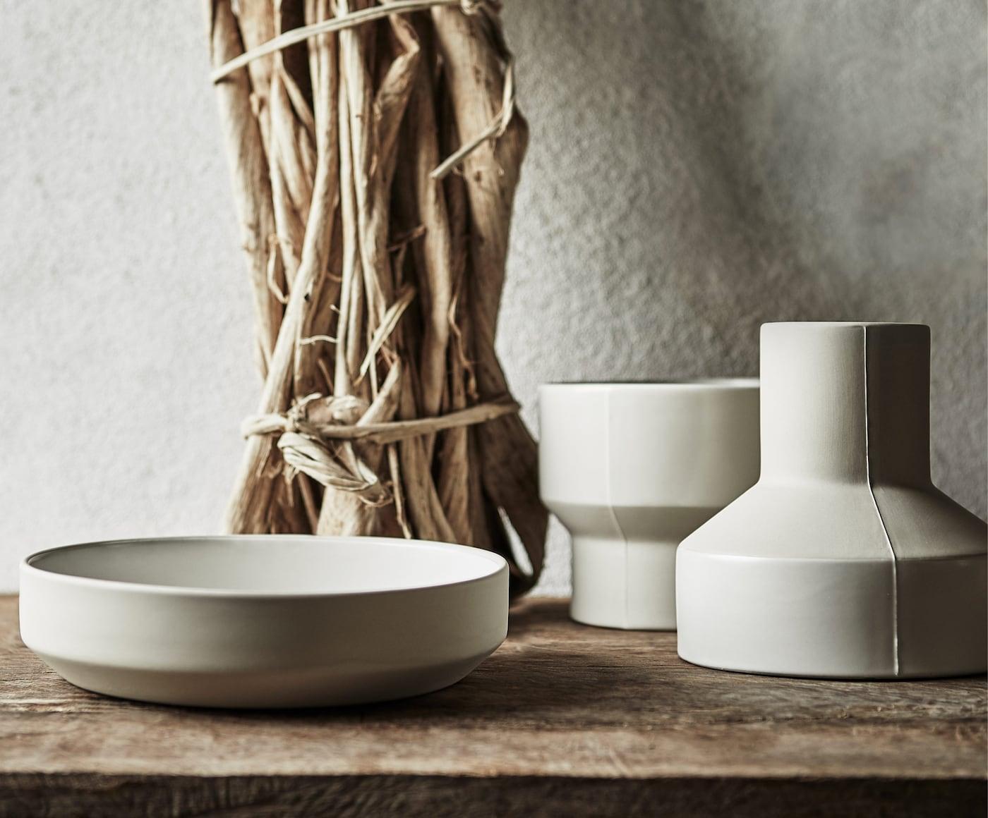 HANTVERK keramikskål, kruka och vas, handgjorda i Thailand, placerade på ett bord.