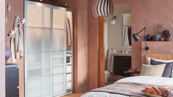 Harmoninen makuuhuone, jossa on liukuovellinen PAX-vaatekaappi