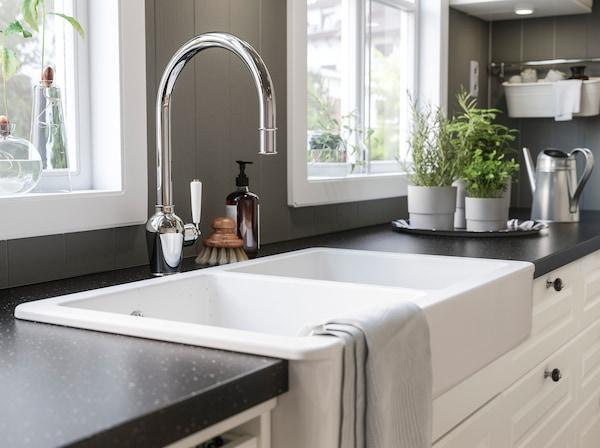 HAVSEN أحواض الغسل في المطبخ من ايكيا ذات اللون الأبيض عميقة بما يكفي لاستيعاب الكثير من الأواني والأطباق، في حين يسهل العناية بسطحها الخزفي الناعم ذي الزوايا الدائرية.