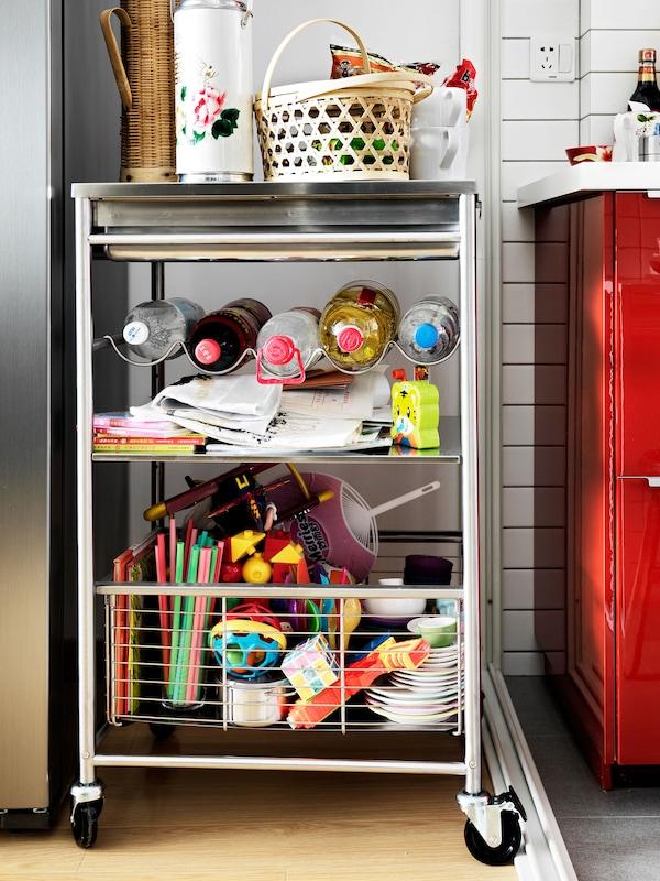 Hazte con un carrito portátil para disponer de más espacio en la cocina. Lo puedes utilizar para guardar artículos voluminosos, o para llevar las cosas junto a la mesa del comedor y no tener que andar dando viajes.
