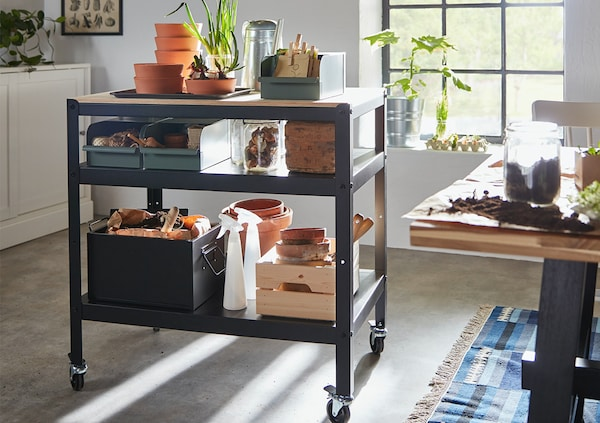 Heavy-duty, our way – a sturdy storage system that withstands moisture, dirt and heavy loads. Also easy to assemble, complete as needed and fits everywhere thanks to its clean design.