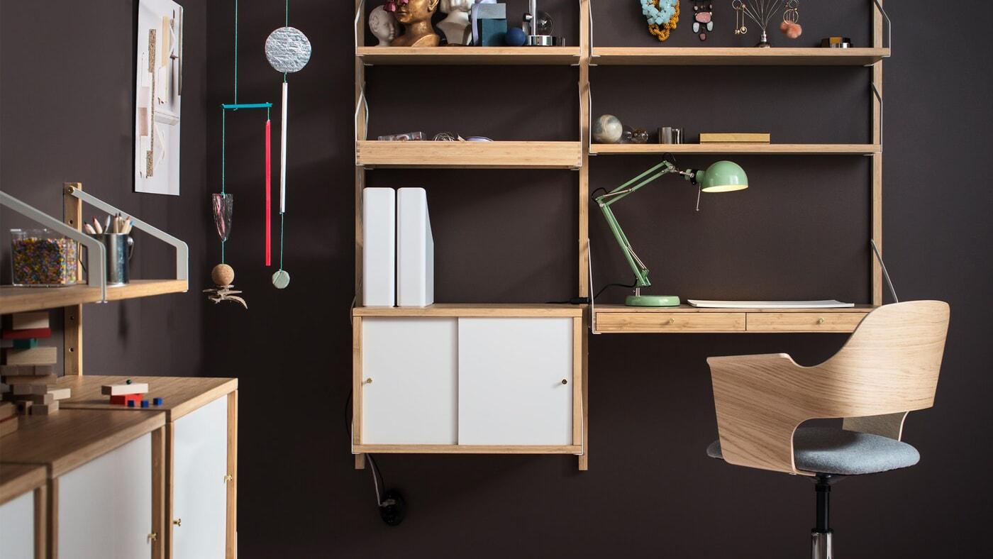 Heimarbeitsplatz, u.a. mit SVALNÄS Arbeitsplatzkombination, wandmontiert in Bambus/Weiß