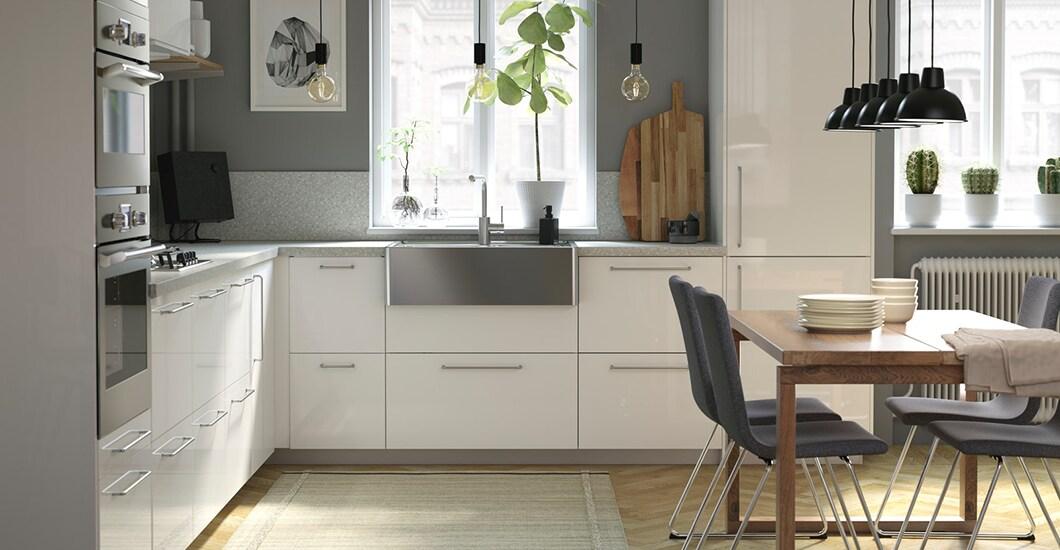 Helle IKEA METOD Küche mit weißen RINGHULT Fronten und der IKEA TÄMNAREN Mischbatterie mit Bewegungssensor