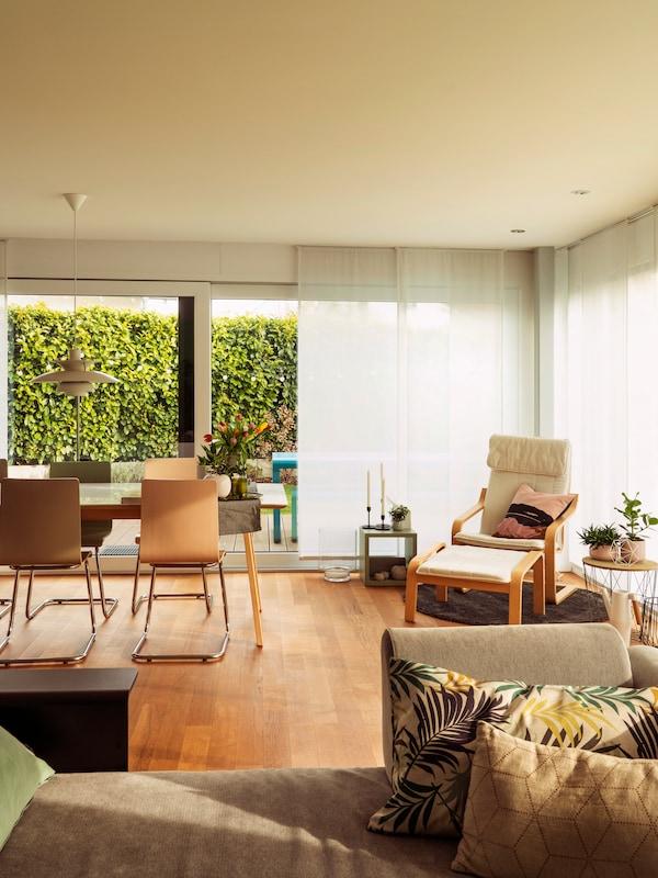 Helle Pastelltöne in Kombination mit IKEA Möbeln im offenen Wohn- und Essbereich.