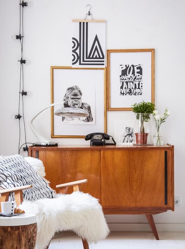 Helle Wohnzimmer Ecke mit dunkelbraunem Telefonschrank & einem Stuhl mit Tierfell