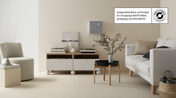 Helles Wohnzimmer mit BESTA Aufbewahruhg, Sessel und Sofa.