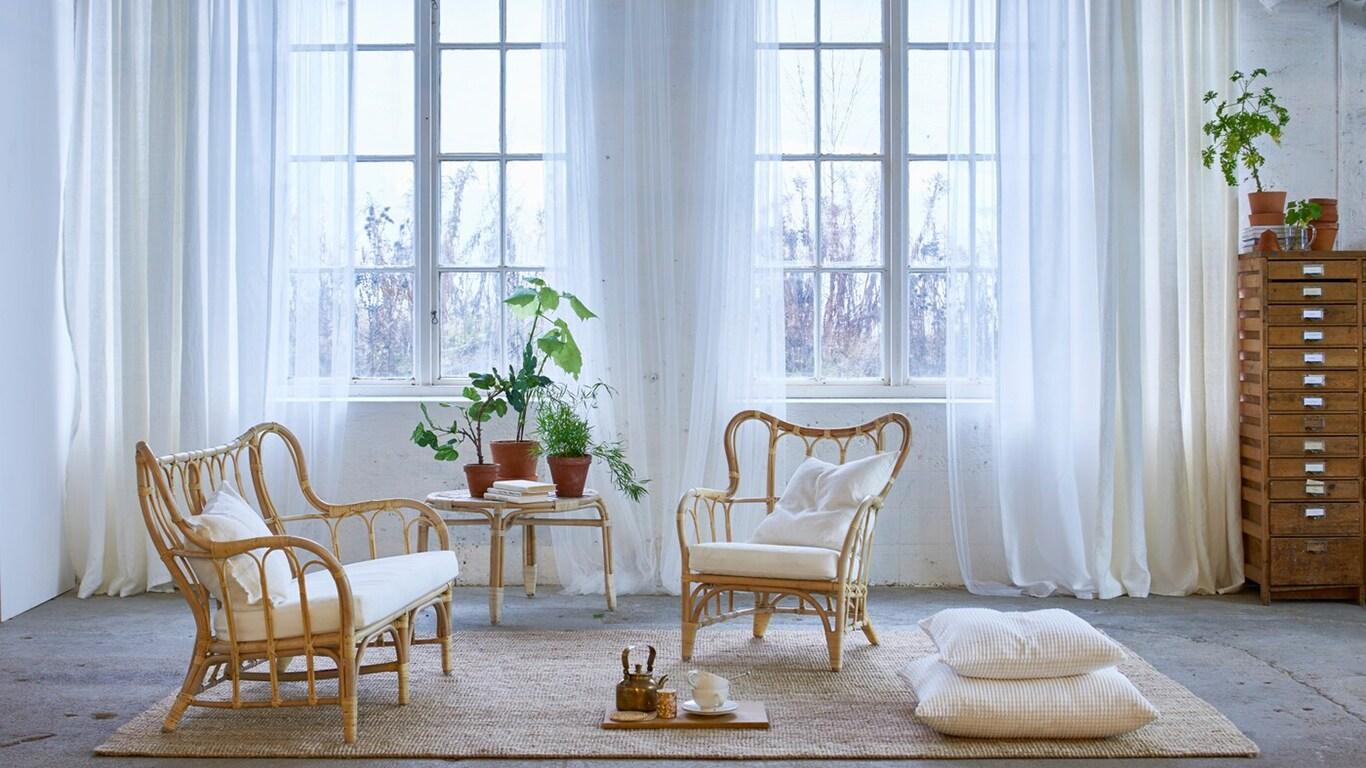 Helles Wohnzimmer mit dreischichtigem weißen AINA Gardinenpaar, VIVAN Gardinenpaar & LILL Gardinenstore