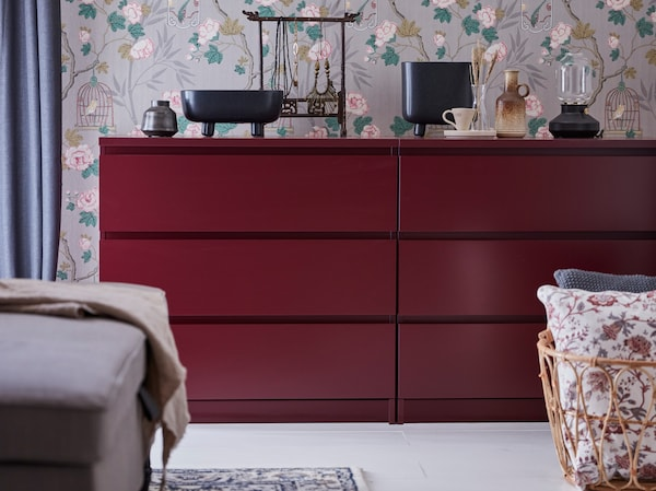Helyezz egymás mellé két IKEA MALM sötétvörös szekrényt, hogy maximalizálhasd a ruhatárolást. Mindegyik elem három mély polccal kapható.