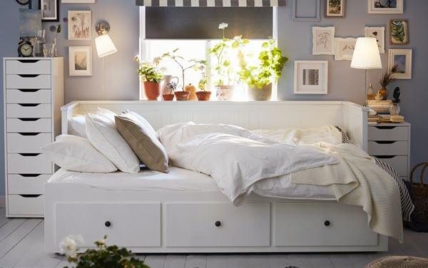 HEMNES/へムネス デイベッド。白いテキスタイルでコーディネートされ、後ろの窓から朝日が差し込む。