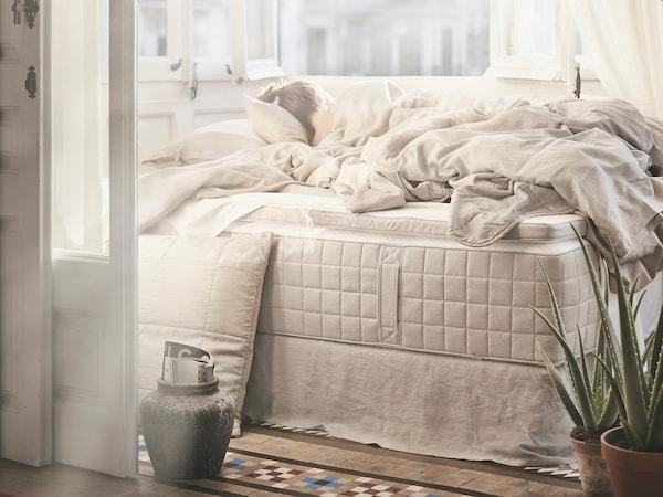 화이트/내추럴 침구와 베개가 놓여 있는 HIDRASUND 히드라순드 포켓 스프링 베드 매트리스