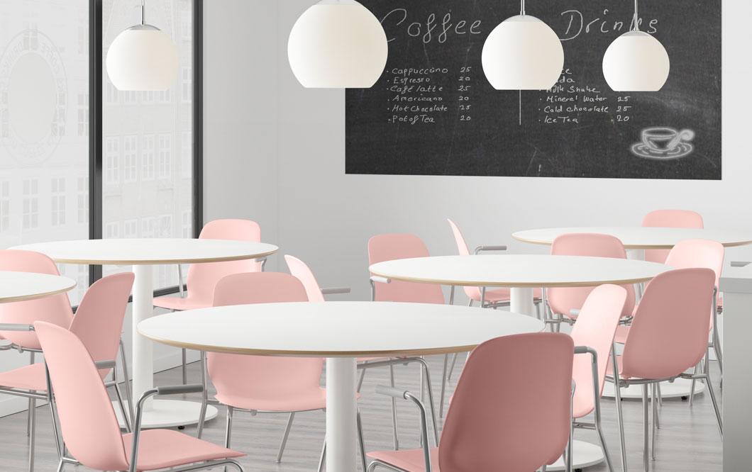 Hieno uusi päivä alkamassa. Koivutuolit, IKEA SVENBERTIL-nojatuolit. Pyöreä valkoinen DOCKSTA-ruokapöytä.