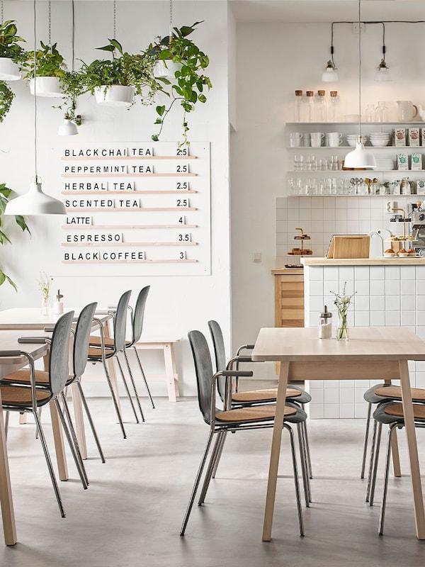 hier wordt gebruikt gemaakt van onze tafels en stoelen in een café setup