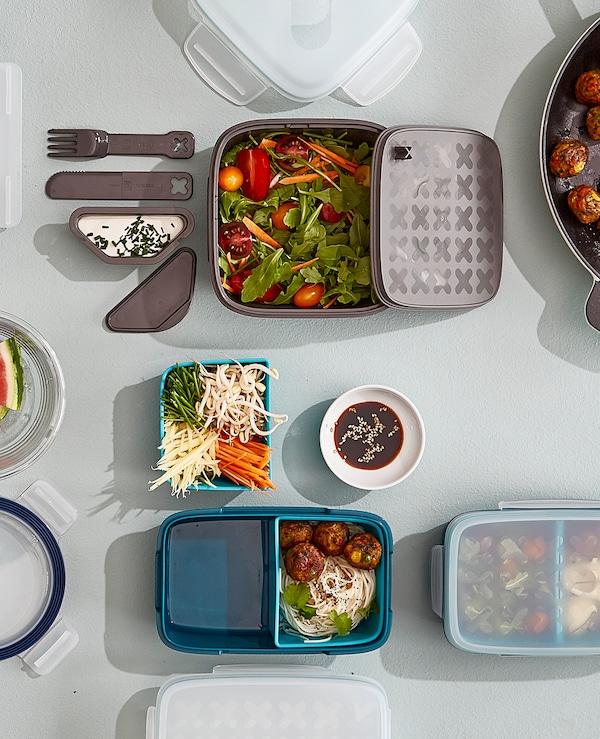 هل تبحث عن حاويات لوجبة الغداء؟ توفر ايكيا مجموعة كبيرة تشمل صندوق الغداء البلاستيك للسلطة BLANDNING باللون الرمادي مع حاوية تتبيلة يمكن إزالتها، وسكين، وشوكة ومساحة للخبز أسفل الغطاء. كما أنه آمن للاستخدام في غسالة الأطباق.