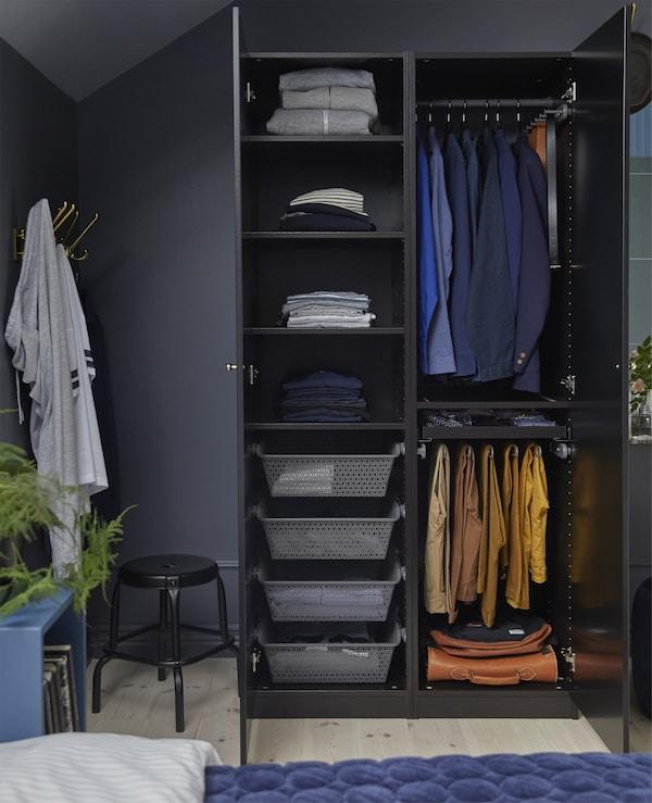 هل ترغب بتصميم دولاب ملابس؟ تعرّف على أشكال، وألوان ومقاسات دولاب الملابس PAX من ايكيا. يتميّز دولاب الملابس PAX باللون الأسود-البني هذا بأبواب بمفصلات TANEM باللون الأسود. يمكن تخصيص داخل الخزانة باستخدام الرفوف، والسلات، وسكك تعليق الملابس، والعلاّقات وغيرها.