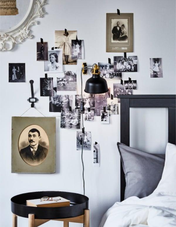 هل تريد أفكار لغرفة نوم على الطراز الريفي؟ جرب أحد أفكار غرفة النوم من ايكيا مع حائط صور حول هيكل السرير! تقدم ايكيا الكثير من هياكل السرير التقليدية مثل هيكل السرير HEMNES N من ايكيا باللون البني-الأسود! إنه مصنوع من الخشب من مصادر مستدامة.