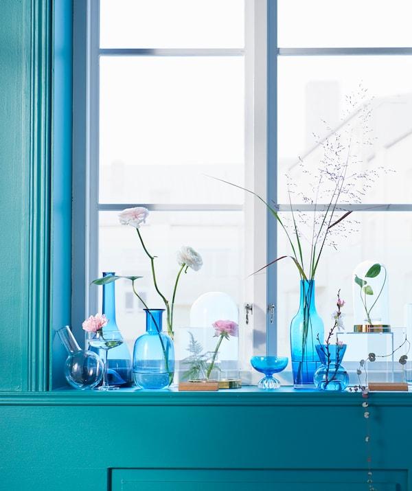 هل تريد إطارات صور عصرية؟ لدى ايكيا الكثير منها مثل إطار الصور KARLSNÄS الذي يستخدم على الجانبين من الأكريليك بقاعدة من الفلين. من السهل تغيير الصورة أو وضع أوراق النباتات الطبيعية أو الزهور. وضعناها على حافة نافذة مع زهور طبيعية أخرى في مزهريات شفافة زرقاء.