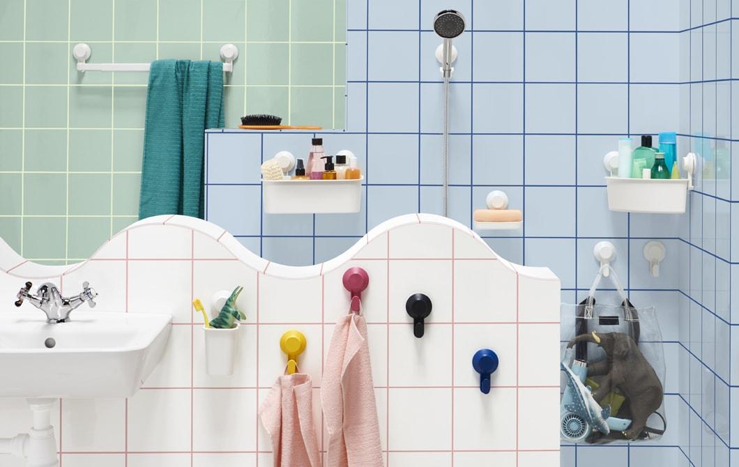 حمام به سكة تعليق مناشف معلقة على الحائط، وحامل دوش رأسي، وأطباق، وخطافات وصناديق.