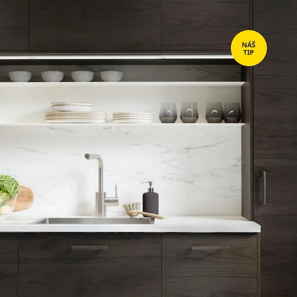 Hnědý detail kuchyně s kuchyňskou baterií.