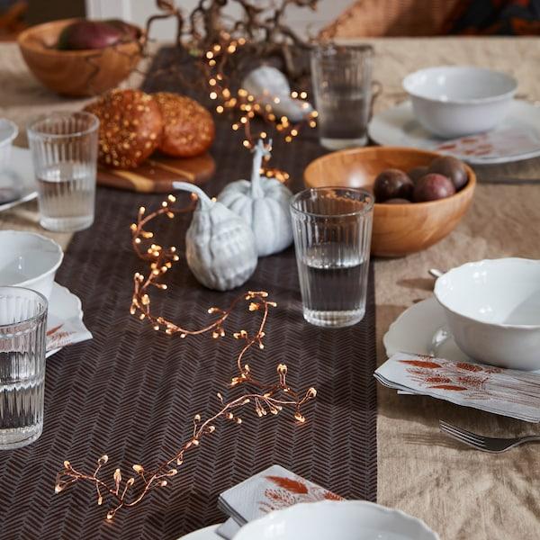 """HÖSTKVÄLL znamená ve švédštině """"podzimní večer"""". Stejnojmenná série doplňků přináší útulnost a rustikálnost."""