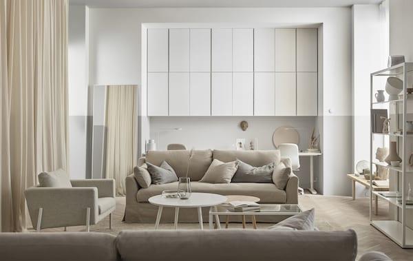 Holz, cremiges Weiß und Glas tragen zum natürlichen Ambiente dieses Raumes bei