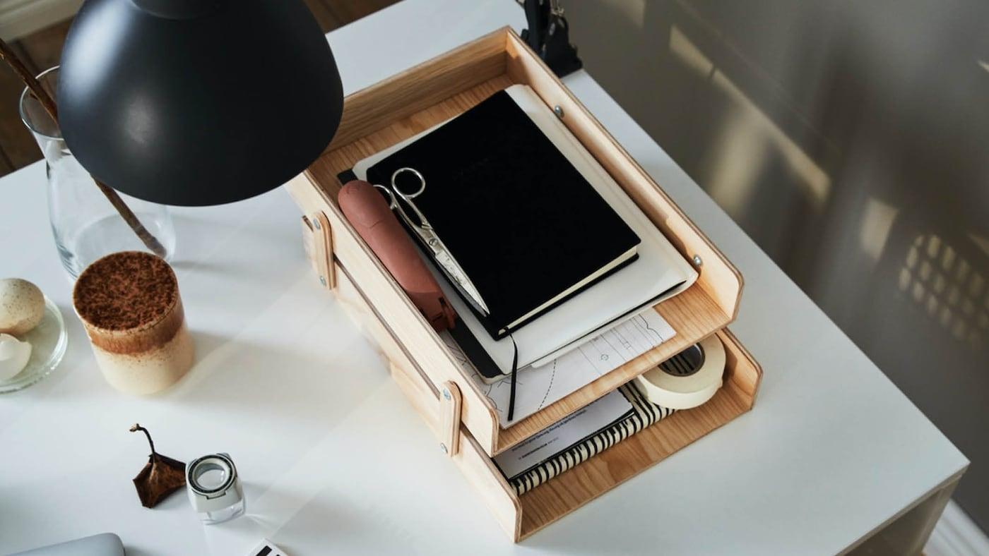 Holzerne Briefablage auf einem weißen Schreibtisch