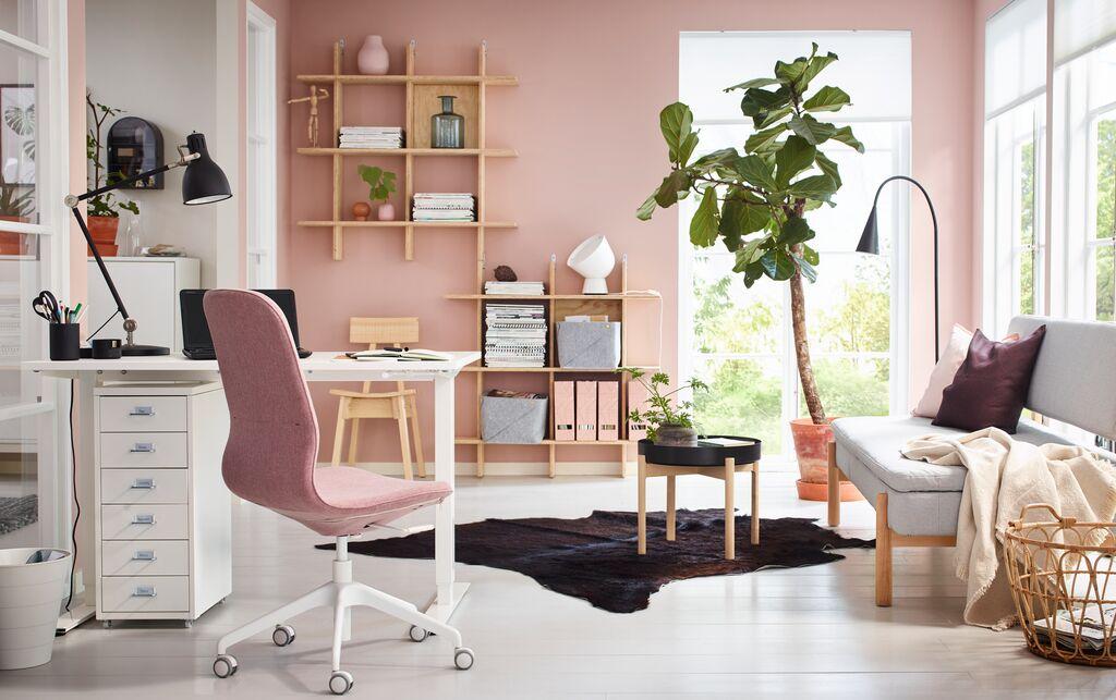 Homeoffice Arbeitsplatz in weiß und rosa gestaltet