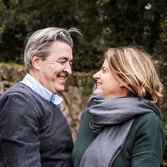 Homme et femme se regardant en souriant