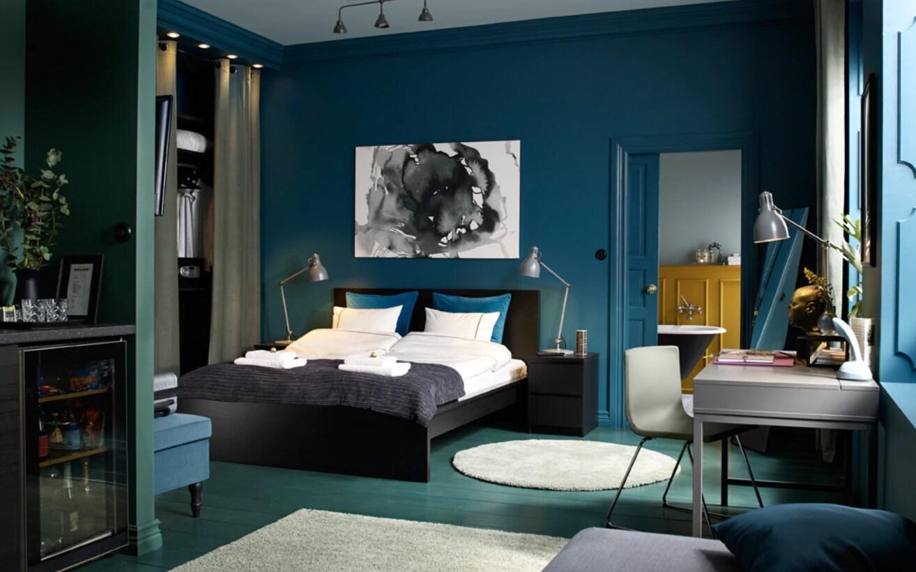Hotelzimmer mit MALM Bett, MALM Kommode, VALLENTUNA Bettsofaelement & PAX Korpus Kleiderschrank