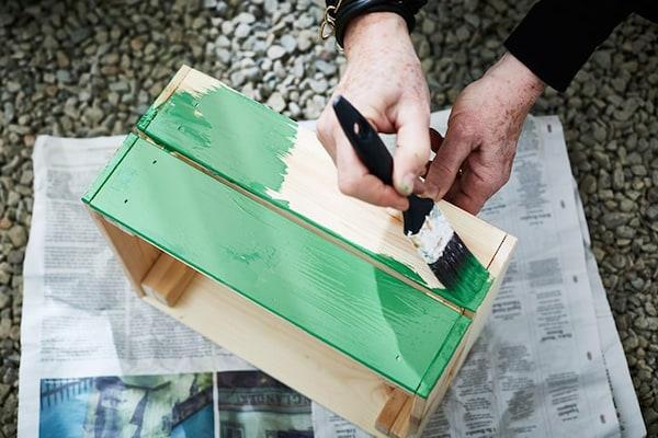 Houten kistje geschilderd in een groene kleur
