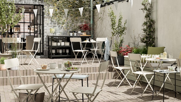 How to create a warm and welcoming outdoor cafe.
