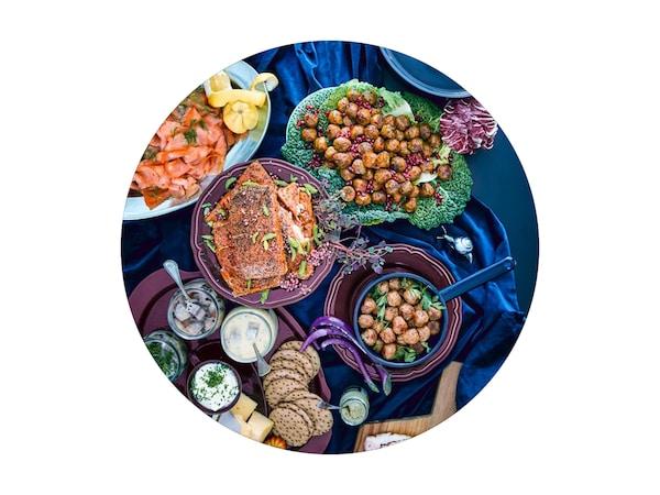 Húsgolyók és egyéb ételek terített asztalon.