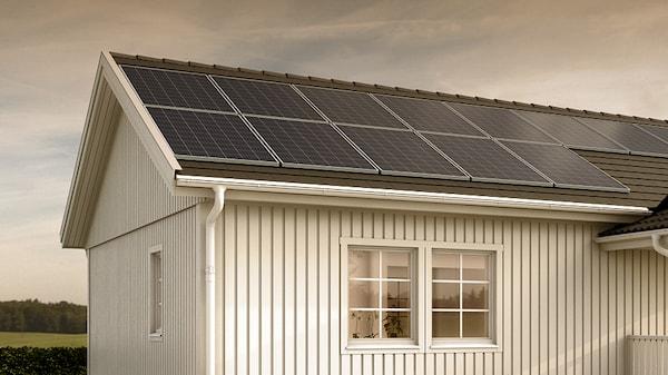 Hustak med SOLSTRÅLE basic solcellspaket.