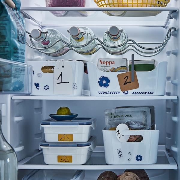 Hűtő belső tárolókkal és dobozokkal.