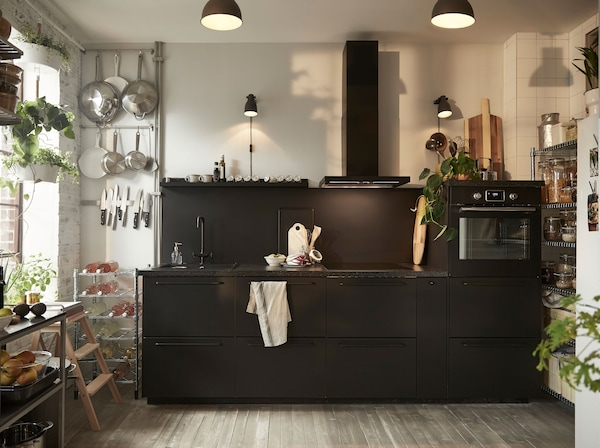 Hyvän omantunnon keittiö. Mustat IKEA KUNGSBACKA kaapinovet on tehty kierrätetyistä muovipulloista ja puusta.