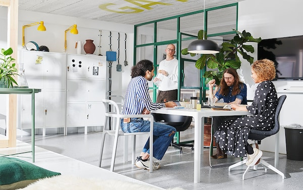 Hyvän taukopaikan muodostavat iso pöytä, jossa on tilaa kaikille, ja sopivasti mukavat tuolit. Valkoinen IKEA BEKANT neuvottelupöytä on kätevästi neliönmuotoinen. Vaaleanharmaat YPPERLIG nojatuolit sopivat sisä- ja ulkokäyttöön. Antrasiitinvärinen NYMÅNE kattovalaisin.