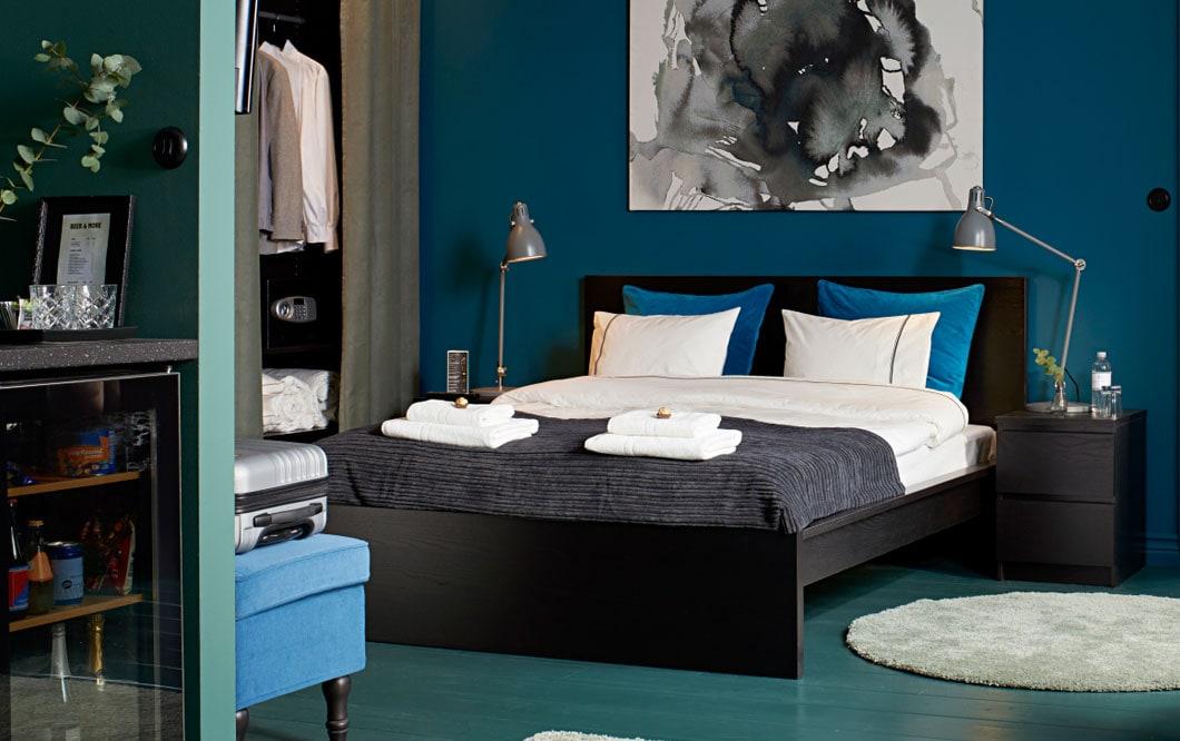 Hyvät yöunet vai mahtavat yöunet? Mustanruskea MALM-sänky ja korkeanukkainen ÅDUM-matto. Tyynyt, peitot ja matot tekevät huoneesta hiljaisemman ja houkuttelevamman.