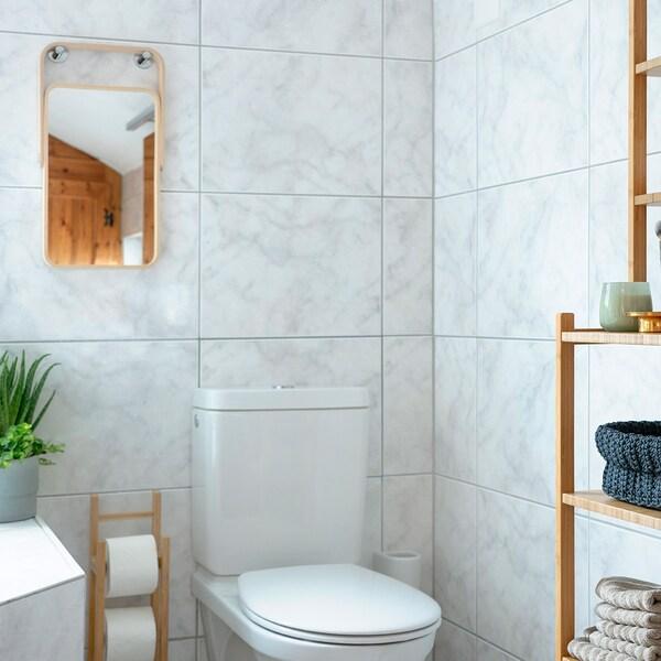 I colori vivaci in combinazione con i mobili in legno IKEA nel bagno creano un'atmosfera accogliente.