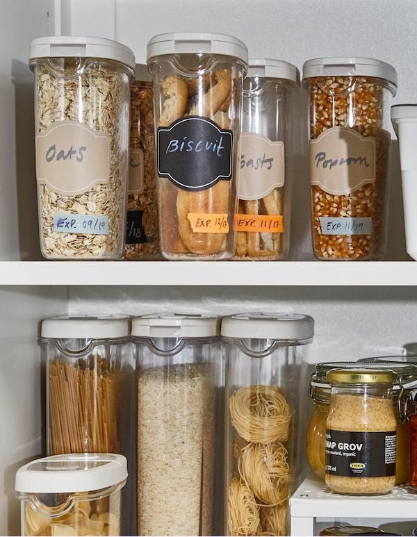 I contenitori per cibi secchi IKEA 365+, ideali per biscotti, avena e cereali, sono privi di BPA e realizzati in plastica acrilica trasparente, così è facile vederne il contenuto. Il coperchio in gomma sintetica consente di afferrarli e spostarli con facilità.