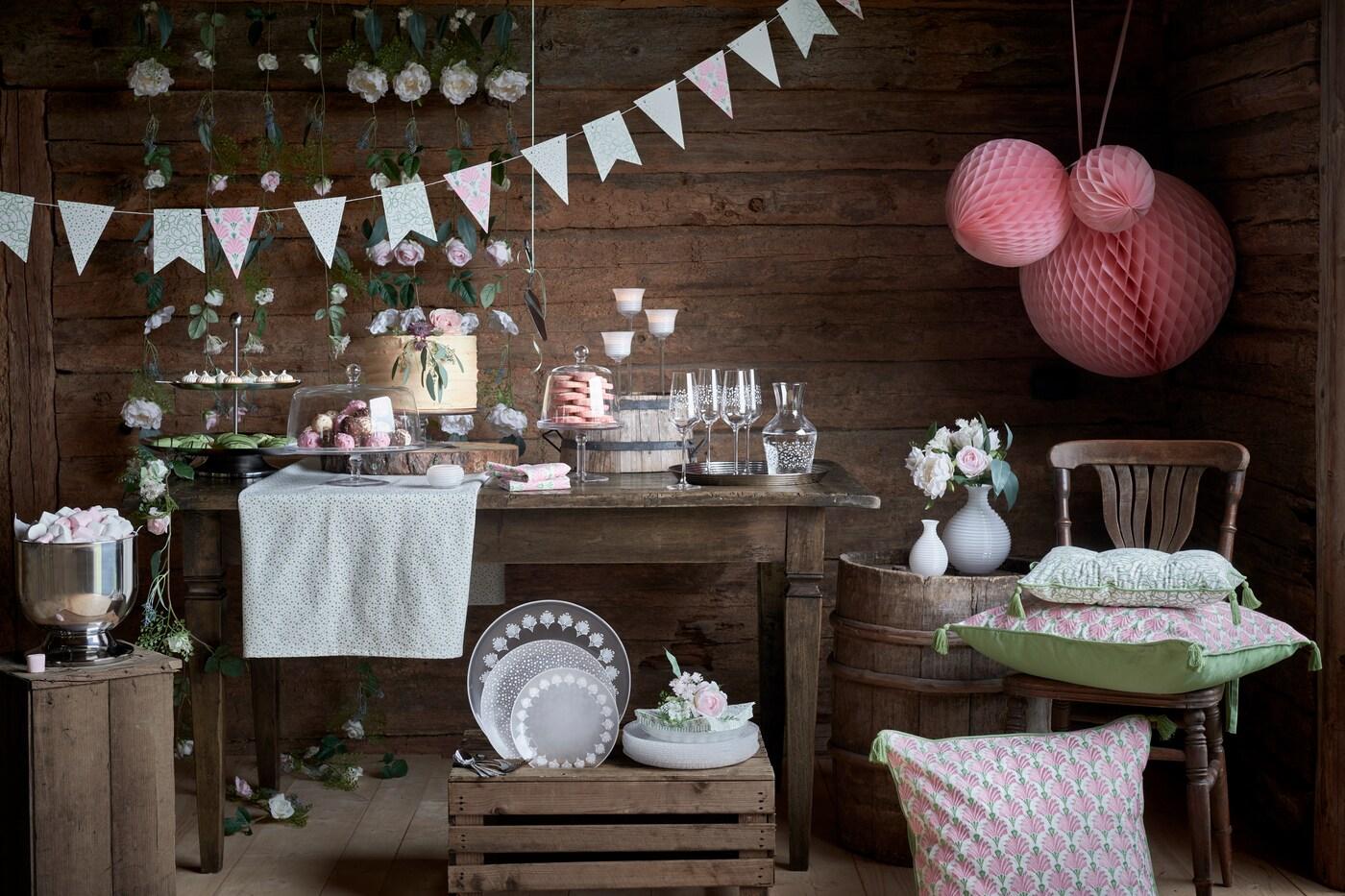 I en lada har ett bord dukats för fest med glas, porslin och dekorationer från INBJUDEN festkollektion.