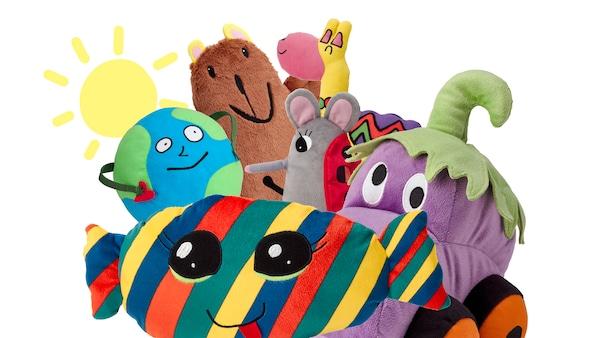 I peluche della collezione SAGOSKATT, Lama, Caramella, Orso bruno, Uomo pianeta, Auto melanzana e Topo coccinella, davanti al disegno di un sole.