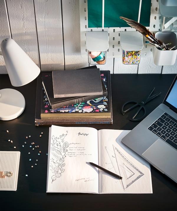 I piccoli movimenti con le mani, come fare disegnini o giocherellare con delle perline, favoriscono la concentrazione anche durante lo studio. Usa le mani, usa la mente - IKEA
