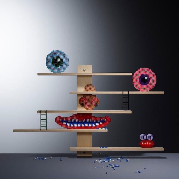 I ripiani di questo scaffale della collezione LUSTIGT, multifunzionali e flessibili, si possono spostare lateralmente e usare per esporre i giocattoli preferiti dei bambini - IKEA