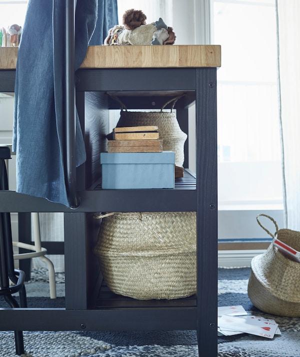 I ripiani integrati in VADHOLMA tengono tutto il necessario a portata di mano - IKEA