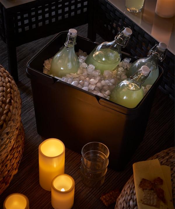 I secchi per la raccolta differenziata riempiti con del ghiaccio sono comodi per tenere al fresco le bevande - IKEA