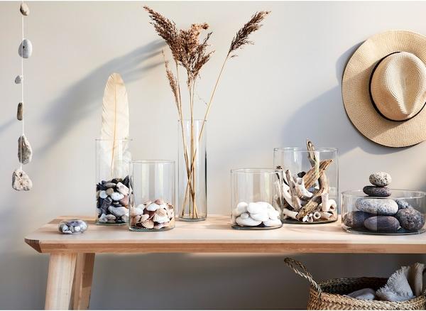 I souvenir dell'estate disposti in vasi di altezze diverse decorano la casa per tutto l'anno - IKEA