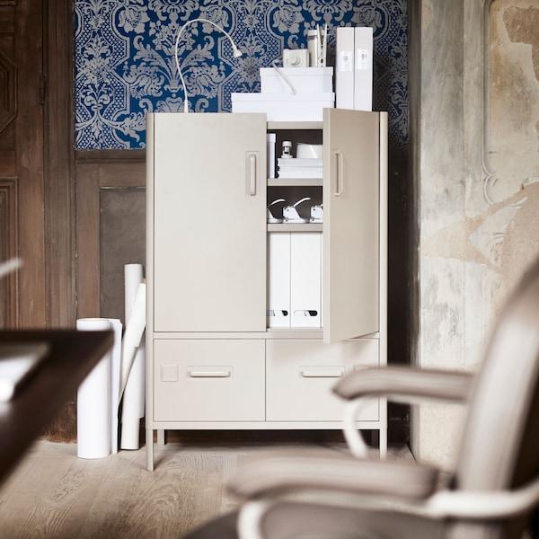 IDÅSEN-kaapit ja -laatikot sopivat toimistoon, ja ne ovat tyyliltään teollistyylisiä.