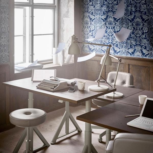 IDÅSEN-työpöydän korkeuttaa voi säätää käsin tai sovelluksen kautta. Se on työpöytä moderniin toimistoon.