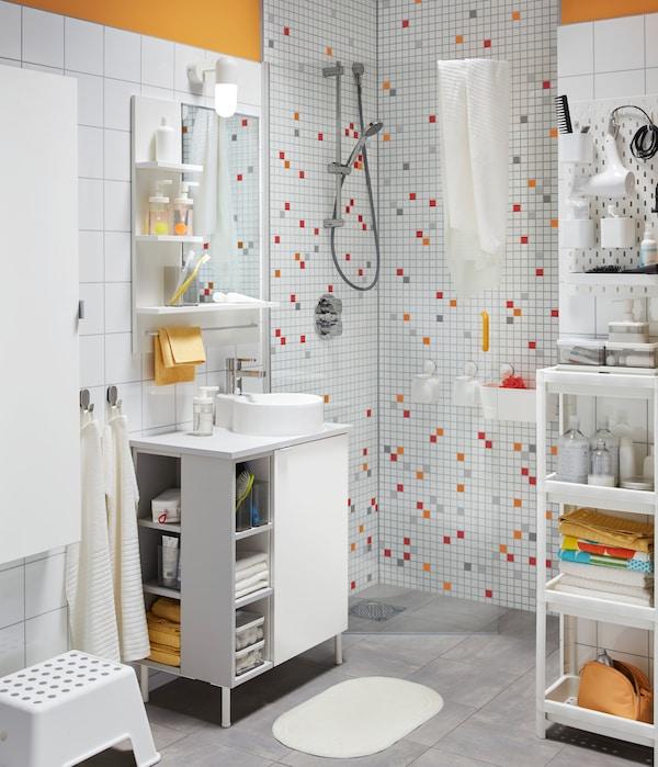 Ideas en decoración de baños pequeños: juega con los colores